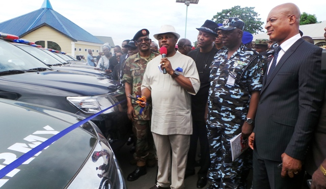 Chief Willie Obiano, Executive Governor of Anambra State (2nd L) A. J Fagge, GOC 302 Division, Nigerian Army, Onitsha (L) Dr. Nkem Okeke, Deputy Governor, Anambra State (3rd L), Usman Gwary, Anambra State Commissioner of Police(2nd R) and Austin Okiyi, Director, SSS, Anambra State at the presentation of 25 patrol vehicles to the members the Joint Task Force on Security to launch the war against criminals code-named 'Operation Kpochapu