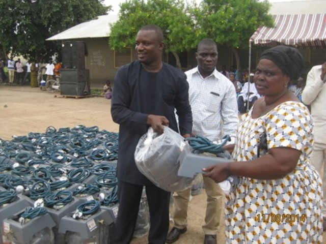 Mr John Jinapor, Deputy Minister of Energy and Petroleum distributing cylinders and stoves to beneficiaries in the Central Gonja district.