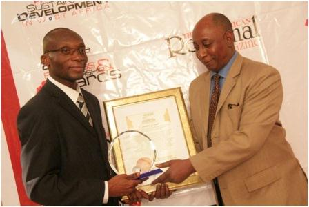 Mr Charles Wordey receiving the award from Mr Francis Kalume Mabingo, Second Secretary at the Embassy of the Democratic Republic of Congo in Belgium