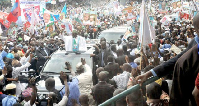 GENERAL BUHARI ACKNOWLEDGING CHEERS FROM NIGERIANS