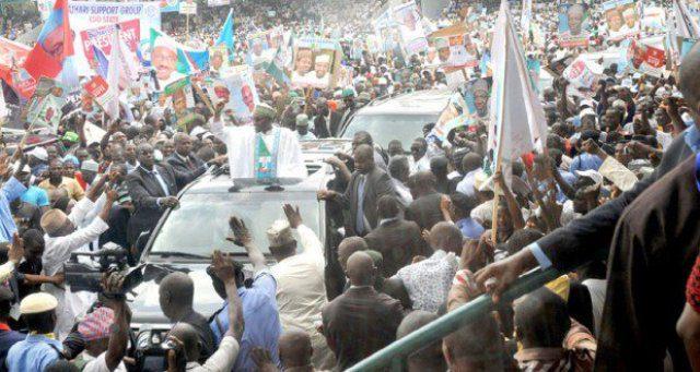 GENERAL BUHARI ACKNOWLEDGING CHEERS FROM NIGERIANS