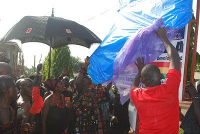 Nana Saforo Okoampa unveiling the Anniversary plague