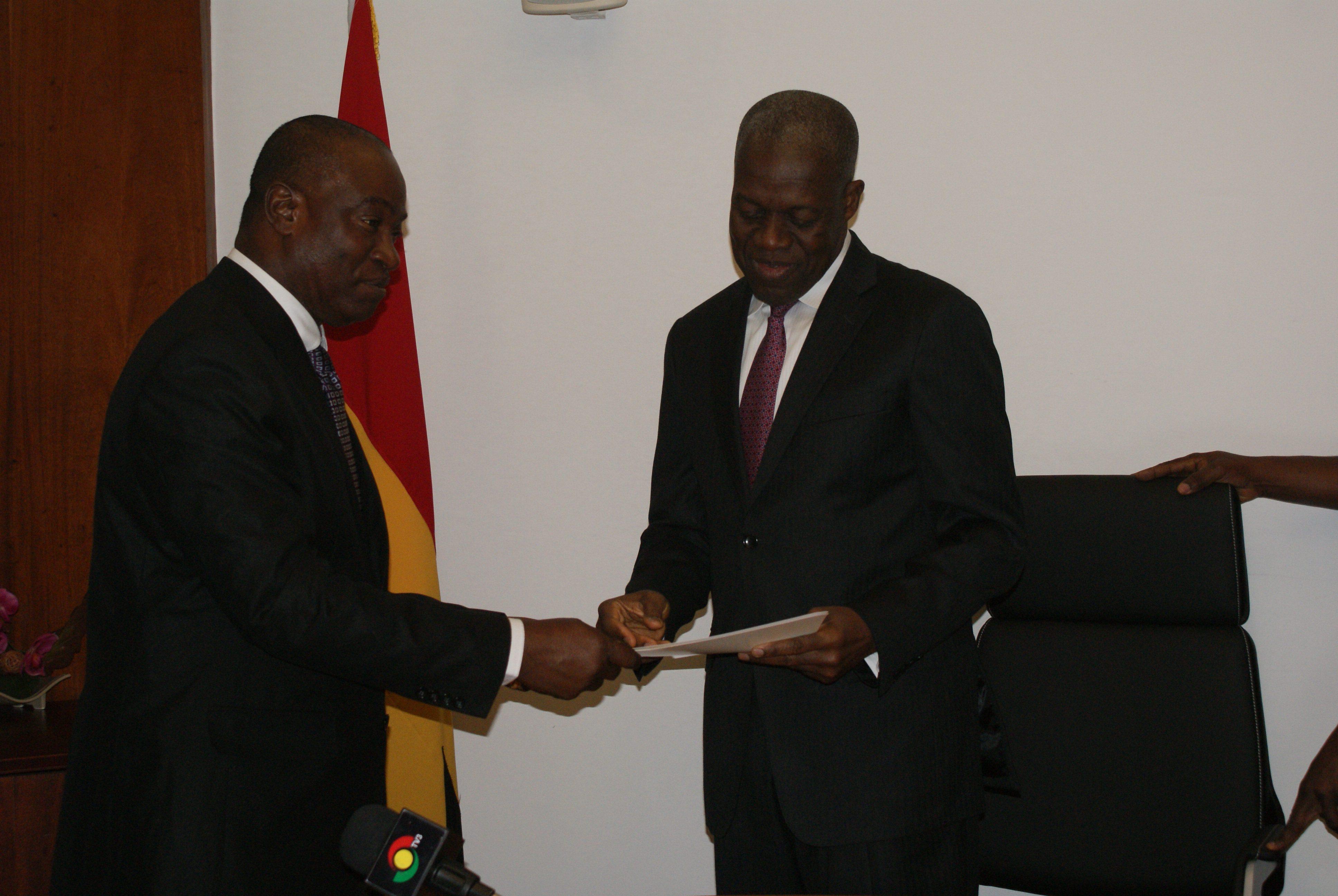 Dr-Samura-Kamara-presenting-the-letter-to-Vice-President-Amissah-Arthur