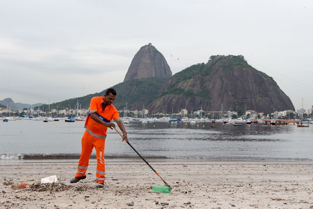 A cleaner works on Botafogo beach in the polluted Guanabara Bay in Rio de Janeiro, Brazil, on March 10, 2015. The Olympic 2016 sailing competitions will be hosted in the Guanabara Bay. Water pollution in this area has become a hot-button issue for Rio. (Xinhua/Xu Zijian)