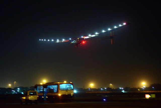 Solar Impulse 2 (Si2) is about to land in the western Indian city of Ahmadabad, March 10, 2015. A solar powered aircraft, Solar Impulse 2 (Si2) which is on a global flight, landed in the western Indian city of Ahmadabad before Tuesday night, said TV channel NDTV. (Xinhua/Stringer)(zhf)