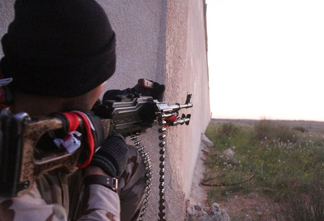 A Libya Dawn fighter takes aim near Libya's capital city of Tripoli, on March 11, 2015. Clashes erupted on Wednesday between Libya Dawn militants and pro-government forces in the Ajaylat area some 80 kilometers west of Tripoli. (Xinhua/Hamza Turkia)