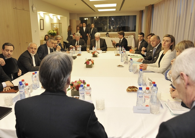 EU High Representative for Foreign Affairs and Security Policy Federica Mogherini (3rd R), Iranian Foreign Minister Mohammad Javad Zarif (2nd L), French Foreign Minister Laurent Fabius (4th R), German Foreign Minister Frank Walter Steinmeier (C, back) and Britain Foreign Minister Philip Hammond (C, front) attend a meeting of Iran nuclear negotiations in Brussels, Beglium, March 16, 2015. (Xinhua/Ye Pingfan)