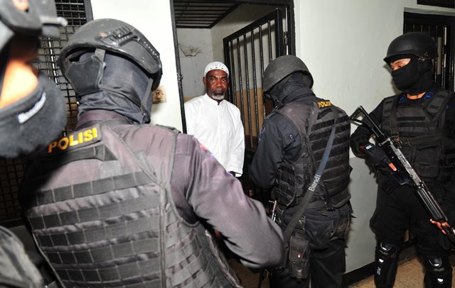 Martin Anderson, a Ghana national who is on death row after being convicted of drug offences, is escorted by armed police officers following a court hearing on judicial review against his death sentence in Jakarta, Indonesia, March 19, 2015. Anderson is among nine foreign drug criminals who are facing execution despite appeals from several of their governments. (Xinhua/Zulkarnain)