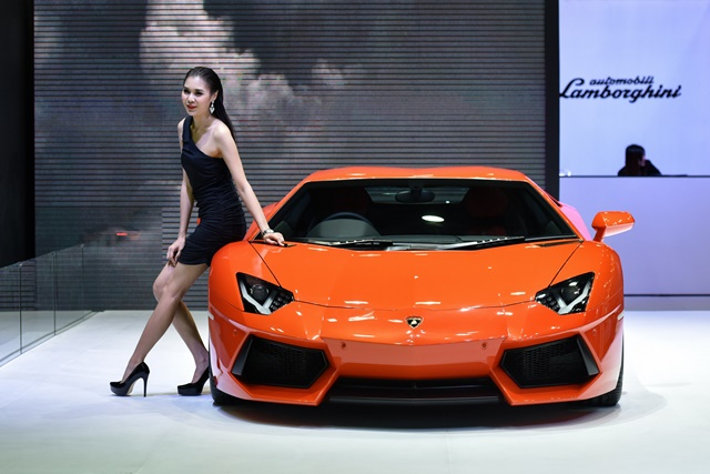A model poses with a red Lamborghini sports car exhibited in the 36th Bangkok International Motor Show in Bangkok, March 25, 2015. The Bangkok International Motor Show will be held from March 25 to April 5. (Xinhua/Li Mangmang)(azp)