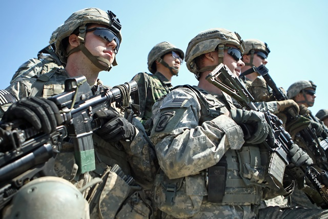 Soldiers attend a briefing during the annual joint military exercise Foal Eagle between South Korea and the United States in Pocheon, northeast of Seoul, March 25, 2015. (Xinhua/Seongbin Kang)