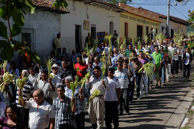 Residents take part in a procession to celebrate Sunday Palm, which marks the beginning of Holy Week, in the city of Suchitoto, El Salvador, on March 29, 2015. (Xinhua/Edwyn Guzman) (jp)
