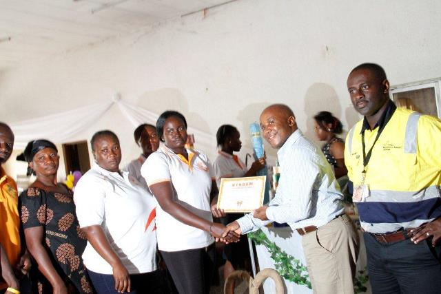 Mr. Kelepile Dintwe - AGA Vice President Sustainability presenting certificates to participants