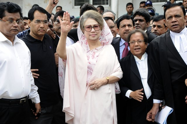 Bangladesh's ex-Prime Minister and Bangladesh Nationalist Party (BNP) chairperson Khaleda Zia (C) waves after arriving at a court hearing of two graft cases in Dhaka, Bangladesh, April 5, 2015. A court in Bangladesh's capital Dhaka has granted conditional bail to ex-Prime Minister Khaleda Zia in two cases filed by the country's anti-graft body. The court on Feb. 25 issued an arrest warrant against Khaleda Zia, scrapping her bails in the Zia Orphanage Trust and Zia Charitable Trust cases. (Xinhua/Shariful Islam)