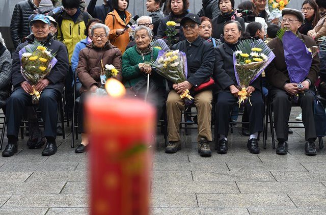 Survivors (front row) and relatives of victims of Nanjing Massacre take part in a ceremony to mourn the Nanjing Massacre victims in front of a wall inscribed the name list of victims at the Memorial Hall of the Victims in Nanjing Massacre by Japanese Invaders on the Qingming Festival in Nanjing, capital of east China's Jiangsu Province, April 5, 2015. Japanese troops captured Nanjing, then China's capital, on Dec. 13 of 1937 and started a 40-odd-day slaughter. More than 300,000 Chinese soldiers who had laid down their arms and civilians were murdered, and over 20,000 women were raped. (Xinhua/Sun Can) (lfj)