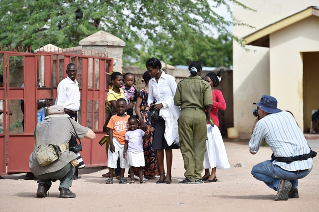 A security guard checks people before they attend a commemorating service to mourn the victims during the campus attack in Garissa, Kenya, April 5, 2015. (Xinhua/Sun Ruibo)