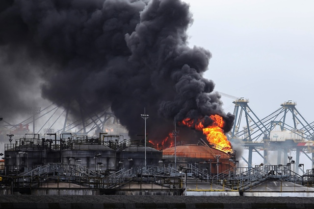 Smoke rises from a warehouse of Ultracargo company, one of Brazil's top companies of liquid storage, in Santos April 6, 2015. The fire broke out in the fuel facilities of the port of Santos. (Xinhua/Douglas Pingituro/Brazil Photo Press/Estadao Conteudo/Agencia Estado) (da)