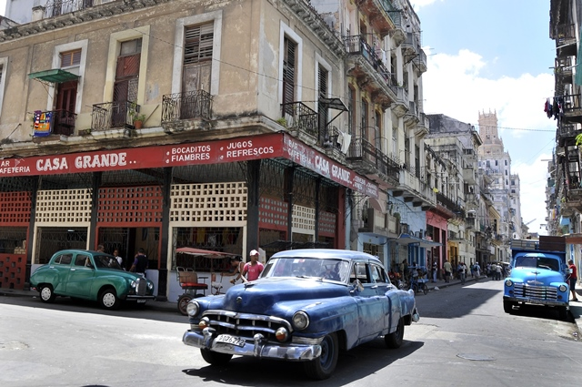 A car travels on a street in Havana, Cuba, on April 9, 2015. (Xinhua/Joaquin Hernandez) (vf) (lmz)