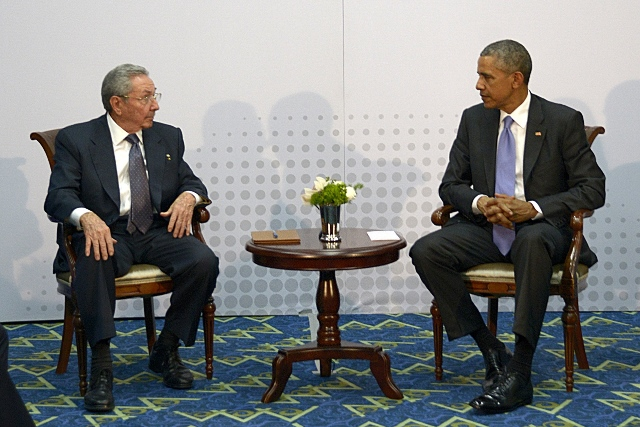 Cuban leader Raul Castro (L) meets with U.S. President Barack Obama (R) on the sidelines of the 7th Summit of the Americas in Panama City, capital of Panama, on April 11, 2015. U.S. and Cuban leaders held first face-to-face talks in over half a century on Saturday in Panama City, amid detente between the two nations. (Xinhua/Estudios Revolucion/Pool/Prensa Latina) (da)