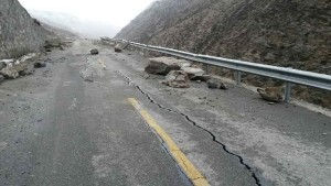 Photo taken on April 26, 2015 with a cellphone shows a crack on the No. 318 national road, about two kilometers away from Nyalam County in Xigaze Prefecture, southwest China's Tibet Autonomous Region. A 5.3-magnitude quake shook Nyalam County at 1:42 a.m. Sunday (1742GMT on Saturday) following strong earthquakes in neighboring Nepal, the China Earthquake Networks Center said. (Xinhua/Zhang Quna) (lfj)