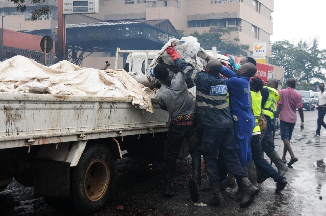 Rescuers transfer victims' bodies from the site of explosion at a fuel station in Accra, Ghana, June 4, 2015. Over 96 people have been killed in an explosion at a fuel station in downtown of Ghana's capital Accra on Thursday, official of the fire service confirmed. (Xinhua/Lin Xiaowei) (djj)