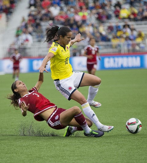 Lady Andrade of Colombia vies with Christina Murillo(L) of Mexico during their group F match at the 2015 FIFA Women's World Cup in Moncton, Canada, June 9, 2015. The match ended in a 1-1 draw. (Xinhua/Zou Zheng)