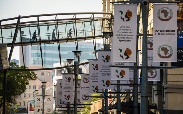 People walk on a glass bridge at Sandton Convention Center in Johannesburg, South Africa, on June 13, 2015. The 25th African Union (AU) heads of state summit will be held in Johannesburg on June 14-15. (Xinhua/Zhai Jianlan)(cl)