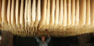 A man checks the quality of dried noodles at a local factory in eastern Pakistan's Lahore on July 1, 2015. Many Pakistani people buy noodles for an early morning meal before they start fasting during the Muslims fasting month of Ramadan. (Xinhua/Sajjad)