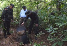 Image provided by the Defense Ministry of Colombia shows Colombian Defense Minister Luis Carlos Villegas (C) inspecting after an operation in a jungle area in Acandi, Colombia, July 6, 2015. Luis Carlos Villegas informed that Colombia seized 3 tons of cocaine, allegedly with Mexico as the destination. (Xinhua) (zjy)
