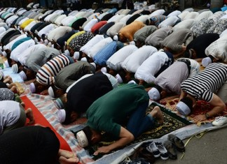 Muslims attend Eid al-Fitr prayer ceremony at a mosque in Xi'an, northwest China's Shaanxi Province, July 17, 2015. (Xinhua/Liu Xiao) (yl/lfj)