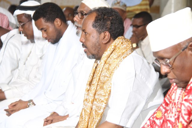 Somali President Hassan Sheikh Mahamud (2nd R) takes part in the Eid al-Fitr prayers in Mogadishu, capital of Somalia, July 17, 2015. Muslim faithfuls in Somalia on Friday attended the Eid al-Fitr prayers which marks the end of Ramadan. (Xinhua/Fasial Isse)