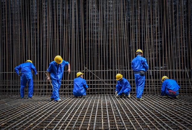 Workers are busy at a construction site of a metro line in China (Guangdong) Pilot Free Trade Zone Qianhai & Shekou Area in Shenzhen, south China's Guangdong Province, July 16, 2015. Despite the heat in Shenzhen, more than 1000 workers of Shanghai Civil Engineering Co Ltd of CREC continued the construction work of the pilot free trade zone. (Xinhua/Liu Dawei)