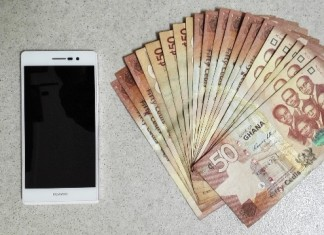 Photo taken on July 16, 2015 shows 1,000 Cedi notes and a Huawei Mobile phone P7 worthy of 1,000 Cedi in Accra, Ghana, July 16, 2015. Sub-Sahara African currencies have in recent months come under significant pressure. (Xinhua/Lin Xiaowei)