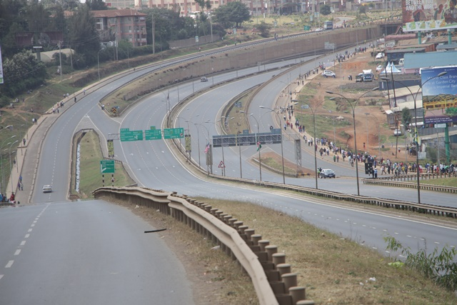 Photo taken on July 26, 2015 shows a section of the Thika Super Highway that was closed after U.S. President Barrak Obama used it during his visit in Nairobi, capital of Kenya. Most of the Nairobi residents on Sunday opted to stay at home and many businesses were closed due to tight security measures, that barred movement of people and vehicles in and around the Nairobi Central Business District (CBD). (Xihua/Simbi Kusimba)
