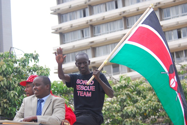 Ezekiel Kemboi (R), winner of the men's 3000m steeplechase waves to the crowd in Nairobi, capital of Kenya, Sept. 1, 2015. Kenya's athletics team landed at the Jomo Kenyatta International Airport from Beijing in China after winning the overall title at the 15th International Association of Athletics Federations (IAAF) World Athletics Championships. (Xinhua/Simbi Kusimba)