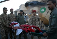 Pakistani soldiers transfer an injured woman after the severe earthquake in northwest Pakistan's Peshawar, Oct. 27, 2015. Pakistani Information Minister Pervaiz Rashid said on Tuesday that the country would not seek international aid for the people affected by the powerful earthquake that killed nearly 250 people and displaced thousands others. (Xinhua/Umar Qayyum)