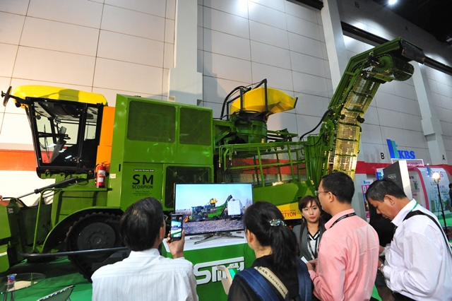 Visitors look at an exhibit during the World Sugar Expo 2015 in Bangkok, Thailand, Oct. 28, 2015. World Sugar Expo 2015, one of the world's largest specialized sugar and bioethanol technology events, brings together an international congregation of sugar companies and its supporting industries. (Xinhua/Rachen Sageamsak)