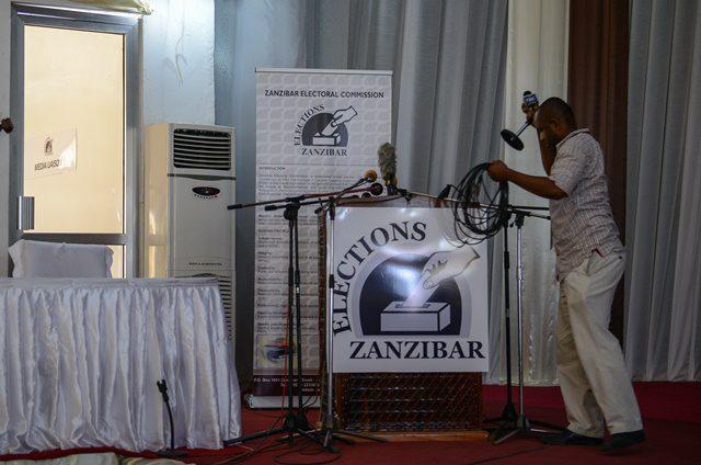 A cameraman prepares to leave the Media, Observer and Election Results Centre of Zanzibar Electoral Commission in Zanzibar, Tanzania, on Oct. 28, 2015. Tanzania's semi-autonomous archipelago Zanzibar on Wednesday has cancelled results of its just-held general elections, according to Zanzibar Electoral Commission. (Xinhua/Zhai Jianlan)