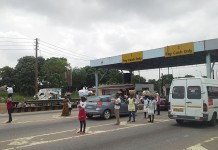 Tollbooth and hawkers on Tema - Accra motorway