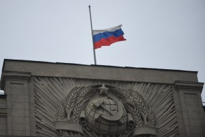 A flag flies at half mast at the State Duma in Moscow, Nov. 1, 2015, to mourn the victims aboard the Russian plane that crashed Saturday in Egypt's Sinai. (Xinhua/Dai Tianfang)