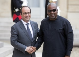 Ghana President John Dramani Mahama(R) is welcomed by French President Francois Hollande as he arrives at the Elysee Palace for a lunch in the honor of several African President regarding the COP21 in Paris, France, Nov.10, 2015. The 2015 United Nations Climate Change Conference (COP 21) will take place from Nov. 30 to Dec. 11 in Paris, with the objective is to achieve a legally binding and universal agreement on climate change. (Xinhua/Theo Duval)