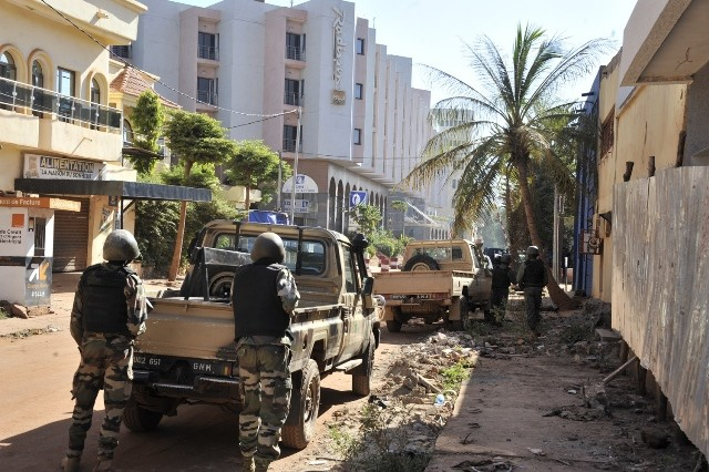 Photo taken on Nov. 20, 2015 shows Malian soldiers cordoning off streets near Radisson Hotel in Bamako, Mali. At least 80 people taken hostage by unidentified gunmen in Radisson Hotel in the Malian capital Bamako have been freed, according to the Malian security ministry. (Xinhua)