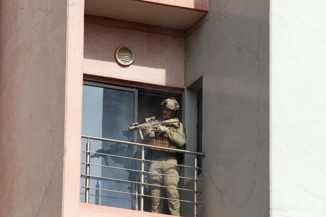 A French soldier searches a balcony during a rescue operation at the Radisson Blu hotel in Bamako, Mali, Nov. 20, 2015. Three Chinese citizens were killed in a hostage-taking situation at the Radisson Blu hotel in the Malian capital, while four other Chinese citizens were rescued, the Chinese Embassy in Mali confirmed to Xinhua on Friday. (Xinhua/Stringer)