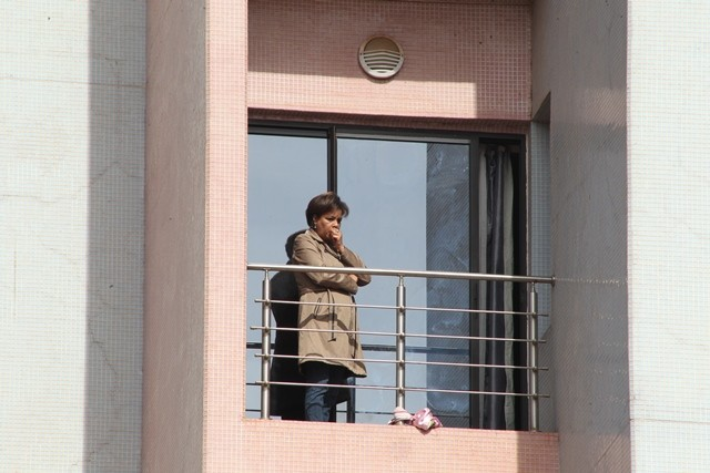 A hostage waits on a balcony for rescue at the Radisson Blu hotel, Bamako, Mali, Nov. 20, 2015. Three Chinese citizens were killed in a hostage-taking situation at the Radisson Blu hotel in the Malian capital, while four other Chinese citizens were rescued, the Chinese Embassy in Mali confirmed to Xinhua on Friday. (Xinhua/Stringer)