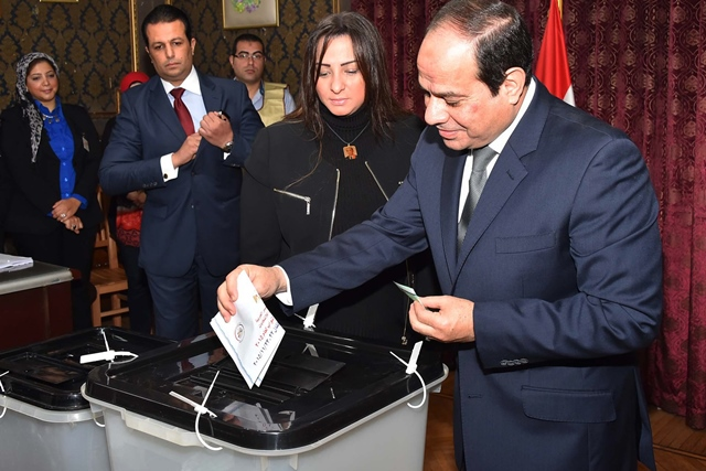Handout photo from Egypt's state-run MENA news agency shows that Egypt's President Abdel Fattah al-Sisi (1st R) casting his ballot at a polling station in Cairo, Egypt, on Nov. 22, 2015. Egyptians began voting Sunday in the second phase of the country's first parliamentary election since Islamist President Mohammed Morsi was ousted in 2013. (Xinhua/MENA)