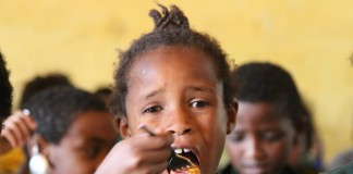 A student of Kuskuwam Primary School is seen having her meal which is through a school feeding program, in Addis Ababa, capital of Ethiopia, Nov. 26, 2015. The school feeding program is part of a 170,000 U.S. dollars fund from International Development Department of the China Foundation for Poverty Alleviation, through Yenat Weg Charitable Association to support more than 1,100 needy students in five Ethiopian public primary schools.(Xinhua/Michael Tewelde)