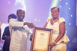 MR. EBENEZER ASANTE CEO OF MTN GHANA, PRESENTING THE CITATION TO THE ULTIMATE WINNER OF MTN HEROES OF CHANGE, MADAM PAULINA OPEI