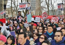 About 10,000 protesters, many of them Chinese-Americans, rally in New York on Saturday in support of former police officer Peter Liang, who was convicted of the 2014 fatal shooting of an unarmed man in a public housing building. [Xie Yunan/For China Daily]