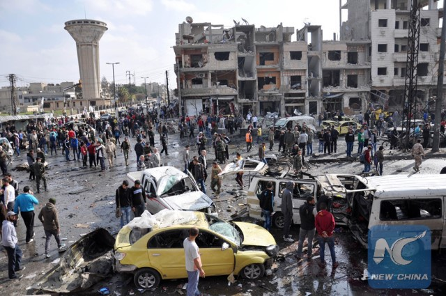 Syrians gather at the site of a double car bomb attack in the Al-Zahraa neighbourhood of the central Syrian city of Homson February 21, 2016. (AFP photo)