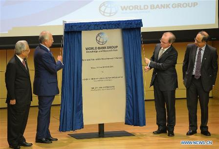 KUALA LUMPUR, March 28, 2016 (Xinhua) -- Malaysian Prime Minister Najib Razak (2nd L) and the World Bank's Vice President for East Asia and Pacific Axel van Trotsenburg (2nd R) attend an inauguration ceremony for the bank's office in Kuala Lumpur, Malaysia, March 28, 2016. The World Bank Group opened its office in Malaysia on Monday which will also serve as a global knowledge and research hub. (Xinhua/Lin Hao)