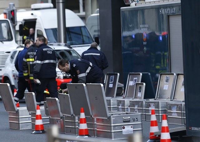 Investigators and security personnel work outside the Maalbeek metro station in Brussels, capital of Belgium, March 22, 2016. The death toll has risen to 34 in the deadly blasts in Brussels on Tuesday morning, according to the latest figures. (Xinhua/Ye Pingfan)(wyl)
